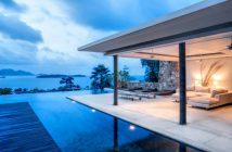 Magnifique villa contemporaine issue du marché de l'immobilier de luxe avec une piscine et vue sur la mer pendant un coucher de soleil
