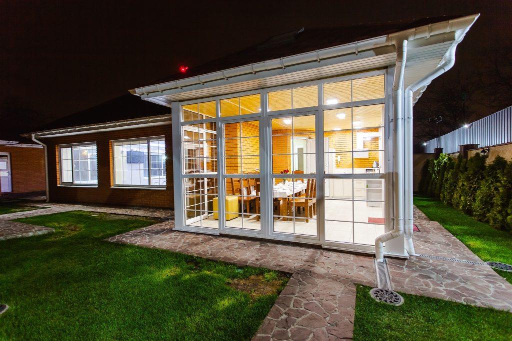 Extension de maison en verre et bois