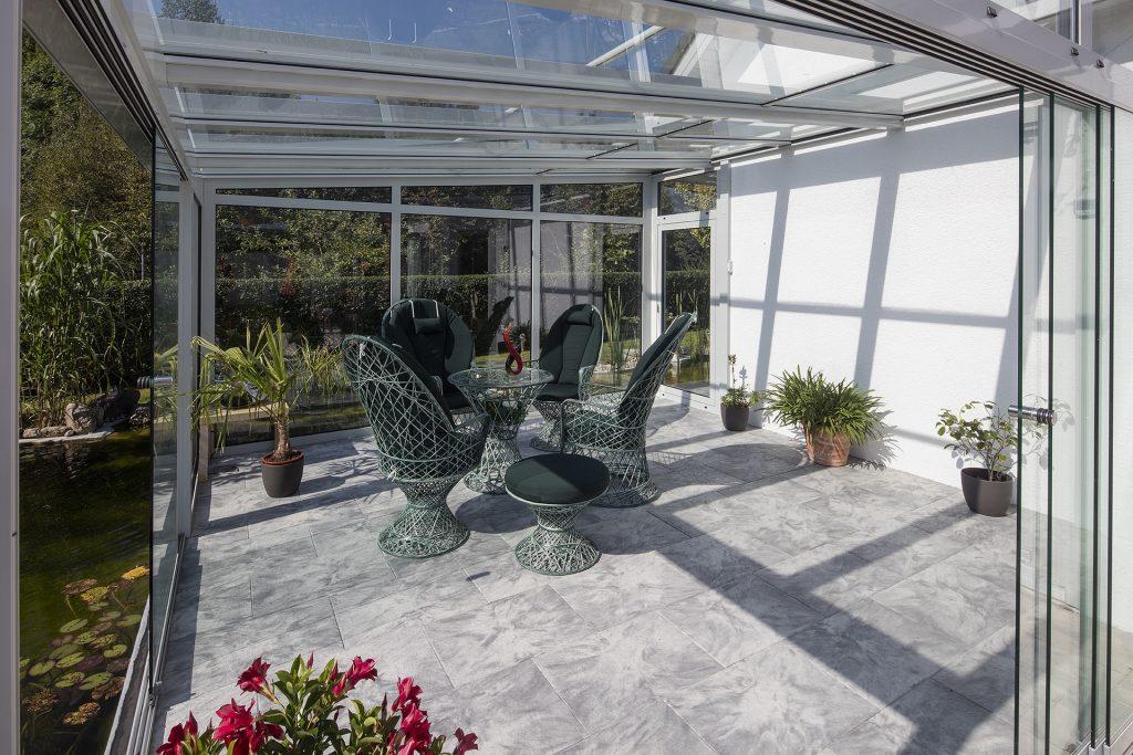 Extension de maison moderne en verre sous forme de véranda