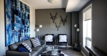 Salon décoré dans les tons bleu